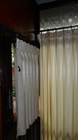 Chaweng Chalet Resort: parties vitrée, en vitrine, donnant sur le passage de tout le monde, rideaux à fermer avec scotc