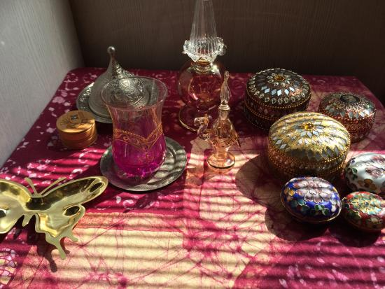 Jamal Kazura Aromatics: 中央にある先端が尖った2つの容器がここで買った香水瓶です。