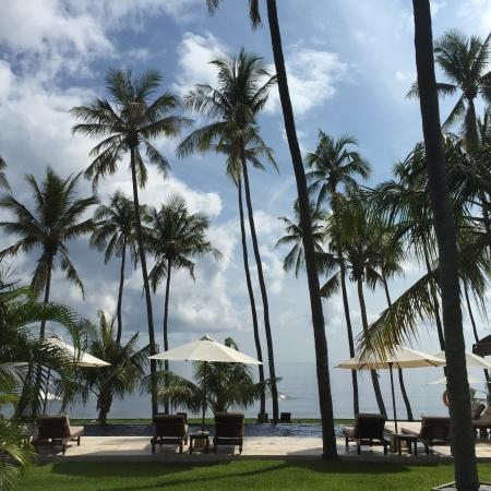 Kubu Indah Dive & Spa Resort: view from the pool to the beach