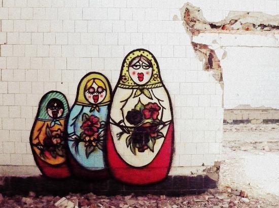 Borne Sulinowo, Poland: Graffiti na jednej ze ścian pozostałości po bloku