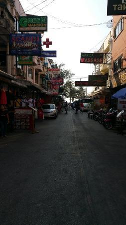 Tatum Mansion: Cette rue et à nous la plage de patong