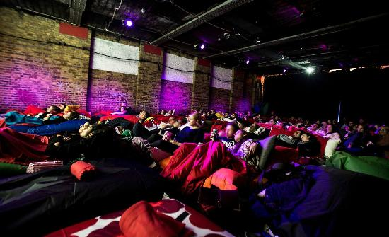 Лондон, UK: Cosy audience on beanbags at Pillow Cinema
