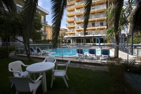Vista Esterna Piscina e Giardino - Foto di Hotel Sayonara, San ...