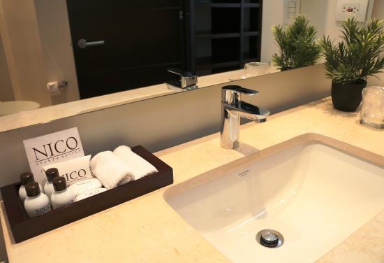 Nico Aparta Suites: Bathroom