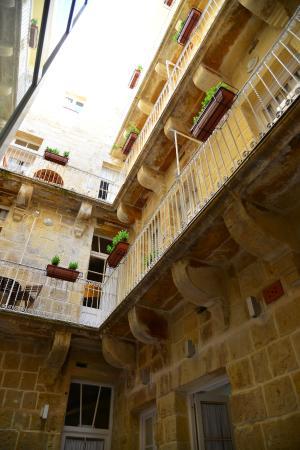 Valletta Merisi Suites : Wewnętrzne patio z balkonikami przy większych apartamentach