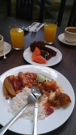 Klebang Beach Resort: Breakfst..nasi lemak+spicy chicken+baked beans+ sausage..