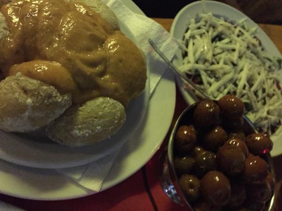 Tapas Bar Capaco : Oliver, carpaccio och salt bakade potatisar