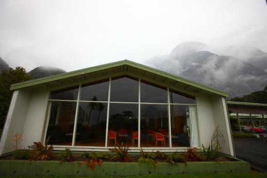 Mitre Peak Lodge: le coin salon bar