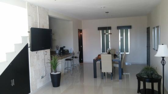 Encanto Riviera Apartments: dining room and kitchen