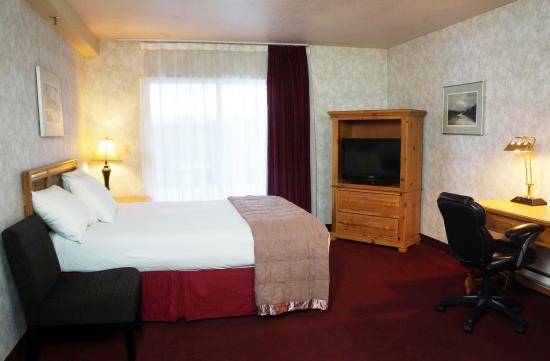 Americas Best Value Inn - Executive Suite Airport: Balcony Kitchen Suite 2 queens