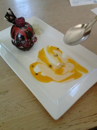 Restaurant Natur'élément : dessert de la st Valentin au trois chocolat framboise etfruit de la passion