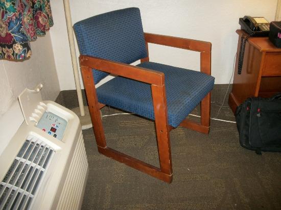 Super 8 Tampa U.S.F. Near Busch Gardens Downtown: unsafe chair