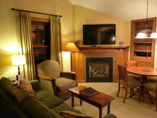Lodge at Mountaineer Square: Wohnzimmerbereich des Apartment