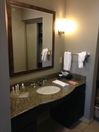 Homewood Suites Atlanta NW-Kennesaw Town Ctr: Sink is outside of the bathroom
