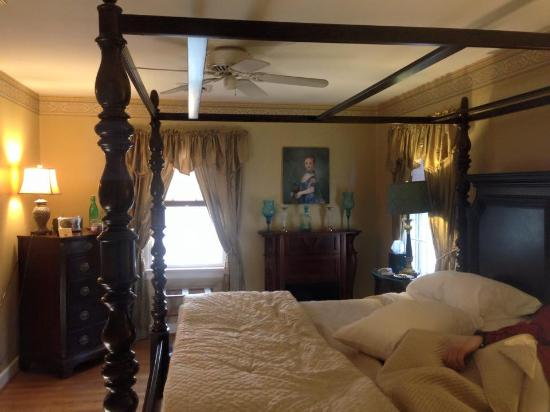 Colonial Gardens Bed & Breakfast: The Azalea Suite