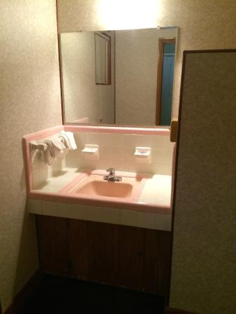 Knights Inn Galax: Sink area (directly behind open closet, separate from bathroom)