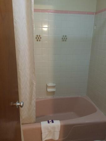 Knights Inn Galax: Bathroom ( I love the pink and the tile accents! )