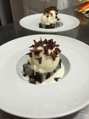 Calendula tapas: Brownie de chocolate con helado de vainilla