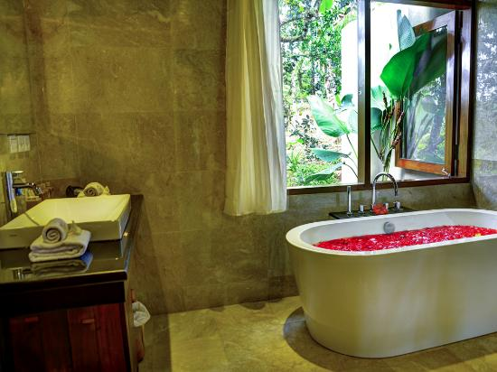The Kampung Resort Ubud: Bathroom of Royal Suite