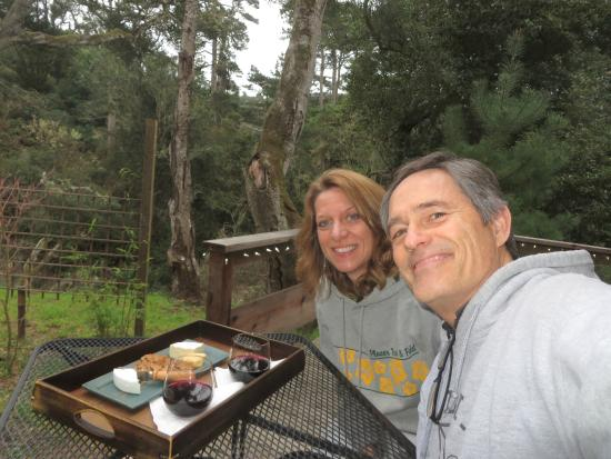 Osprey Peak Bed & Breakfast: Wine and cheese on our private deck