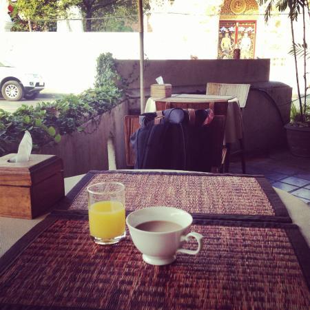 The 3 Sis: 享用早餐時看著路邊的街景