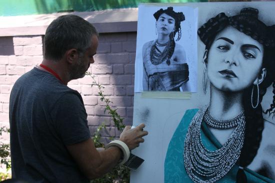 Is'Art Galerie: Artiste  etranger en plein travail pour une exposition à la galerie.