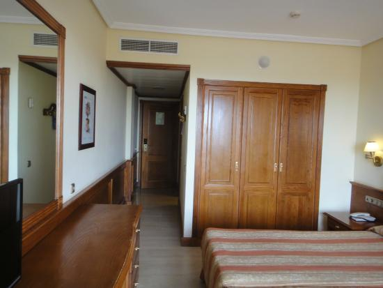Chambre avec mobilier ancien picture of hotel zentral for Mobilier de chambre complet