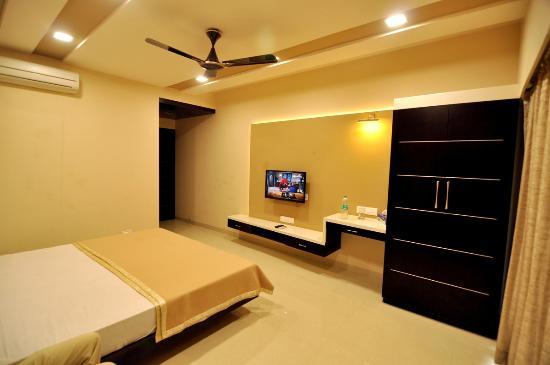 Hotel Elegant: Well Furnished Room