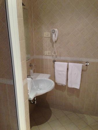 Hotel Firenze: Il bagno vista dalla finestra