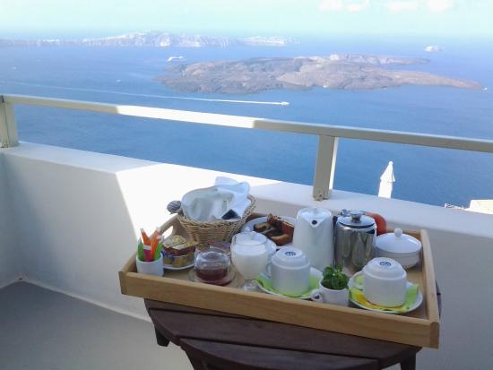 Irida Santorini: Complimentary breakfast on the balcony. Yes, I even got fresh yogurt.