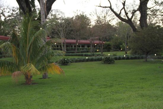 Hacienda Guachipelin: jardin