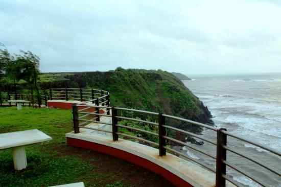 Kohinoor Samudra Beach Resort : Morning walk hearing the Arabian sea
