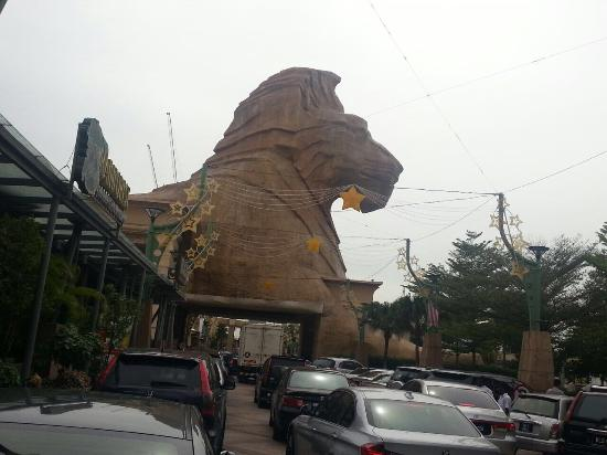 Petaling Jaya, Malasia: The main entrance, the lion is waiting :)