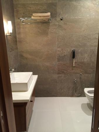 Hotel Belvédère Fourati : Une salle de bain immense