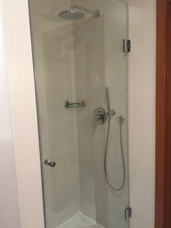 Hotel Belvédère Fourati : Une douche europenne