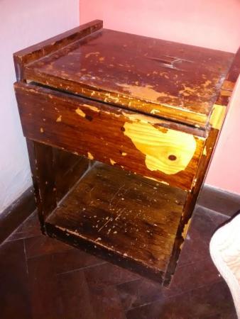 Hostal Colonial Serrano: mesa de luz rota