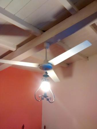 Hostal Colonial Serrano: ventilador y arañas