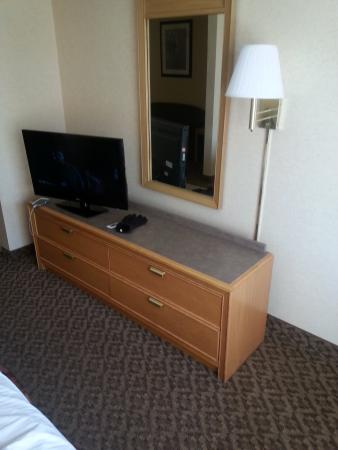 Cristata Inn: Dorm like furniture.