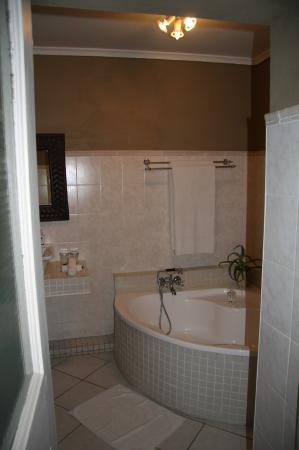 Hopefield Country House: large bathtube