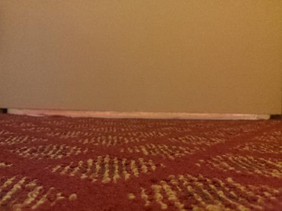 Holiday Inn Sarnia Hotel & Conf Center: Threshold missing