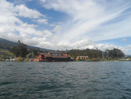 PuertoLago Country Inn: esta es una vista del hotel desde el lago
