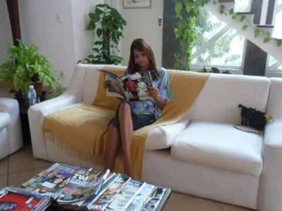 Spa e Pousada Alquimia: Sala de estar com TV