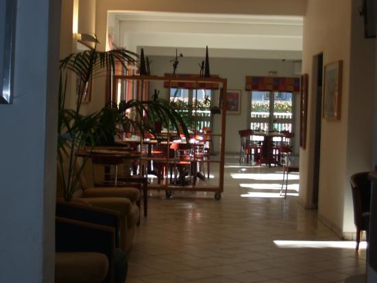 Hotel Les Rives Bleues : vers la salle de petits dejeuners