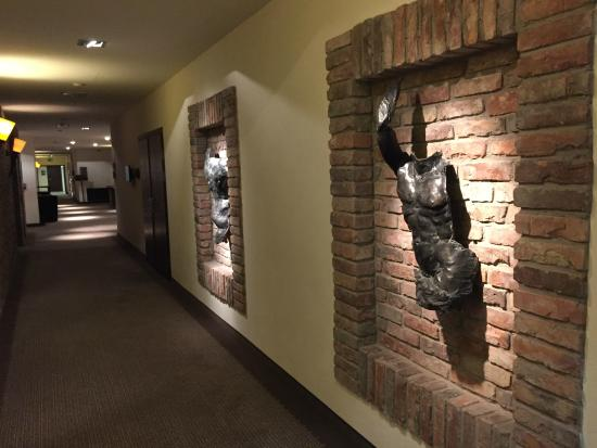 Hotel Remes Sport & Spa : de versieringen in de gang