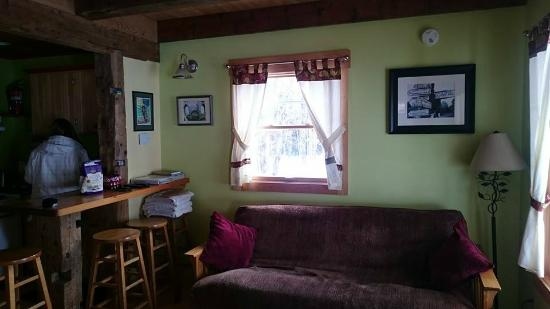 Sheady Acres Rental Cottages: Irish Farmhouse living room