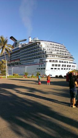 Playa Del Amor: Океанский лайнер в порту, откуда отходят кораблики на Мариэттас айлендс