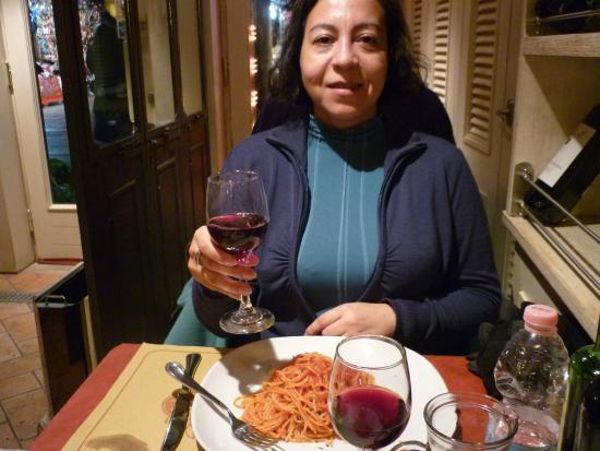 All'Aquila : Disfrutando de un delicioso spaghetti con salsa pomodoro, más un grato vino tinto.
