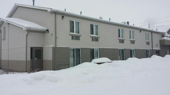 The Village Inn Elora: Snowmobile trip to Elora. @The Village Inn. Checked in and parking at rear now. Huge parking, lo
