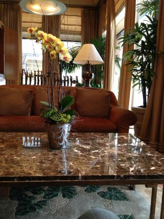 Hotel De Anza: Cushy couches in lobby