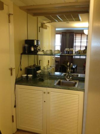 Hotel De Anza: Small service area with fridge underneath